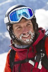 Österreich, Tirol, Kitzbühel von reifen Mann in Skibekleidung