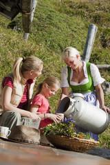 Österreich, Salzburg Land, Filzmoos, Junge Frauen und Mädchen trinken Milch