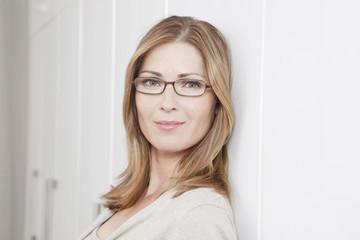Deutschland, Frau mit Brille, Lächeln
