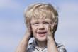 Deutschland, Bayern, Junge spielt mit Holzkohle