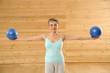 erwachsene Frau mit Gymnastikball