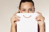 szczęśliwa i uśmiechnięta dziewczyna z uśmiechem malującym na papierze