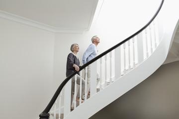 Deutschland, Berlin, älteres Paar, Senioren Klettern Treppe