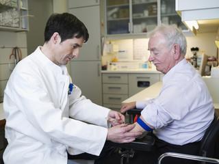 Deutschland, Hamburg, Arzt Injektion Patienten in der Klinik