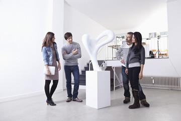 Deutschland, Köln, Mann und Frau steht in Kunstgalerie