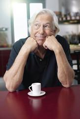 Deutschland, Wakendorf, erwachsener Mann mit Kaffeetasse
