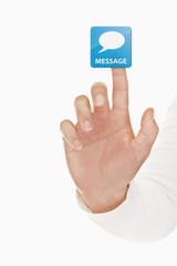 Menschliche Hand berührt Nachrichten-Button