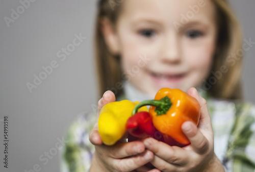 Mädchen hält Paprika