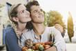 Italien, Toskana, Magliano, Junger Mann und Frau, hält verschiedene Gemüse