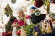 Österreich, Salzburg, Mutter mit Kindern auf Weihnachtsmarkt