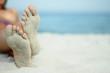 Italien, Sardinien, Person am Strand liegend, sandige Füße