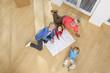 Deutschland, Bayern, Gröbenzell, Familie mit Bauplan in Haus