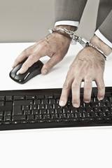 Nahaufnahme Geschäftsmann mit Hand gefesselt, Cyber-Kriminalität