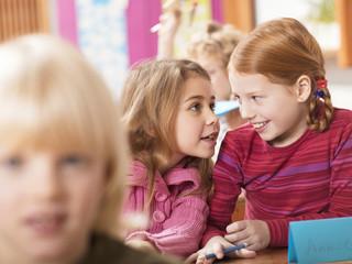 Mädchen, Flüstern im Klassenzimmer