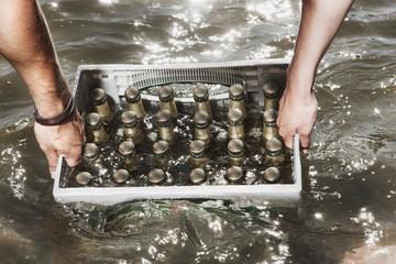 Deutschland, Köln, Paar trägt Kasten Bier