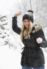 Österreich, Teenager-Mädchen mit Schneeball, Lächeln