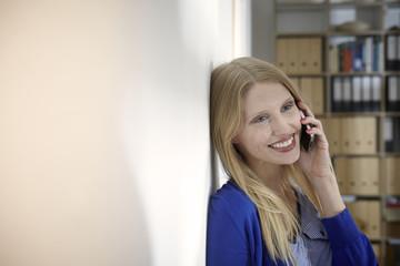 Deutschland, Köln, Junge Frau telefoniert