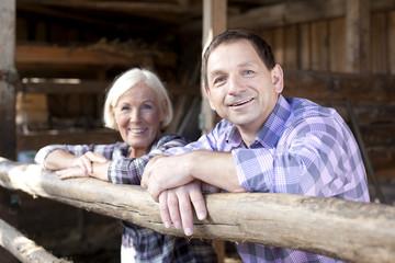 Deutschland, Sachsen, Mann und Frau in der Farm, Lächeln