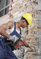 Deutschland, Bauarbeiter arbeiten mit Bohrmaschine