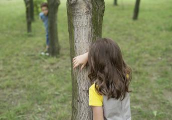 Rumänien, Kinder spielen verstecken