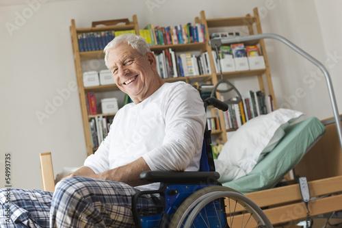 Deutschland, Leipzig, Senior, Rentner sitzt im Rollstuhl