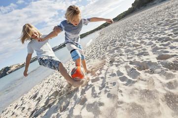 Spanien, Mallorca, Kinder spielen Fußball am Strand