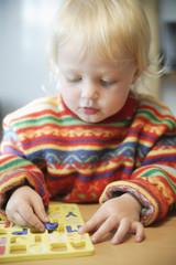 Deutschland, Bayern, Mädchen lernt Rechtschreibung