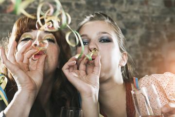Deutschland, Berlin, junge Frauen mit Luftschlangen