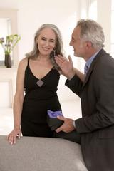Mann berührt Ohrring, den er seiner Frau geschenkt hat