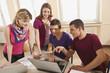 Deutschland, Emmering, Studenten diskutieren und mit Laptop
