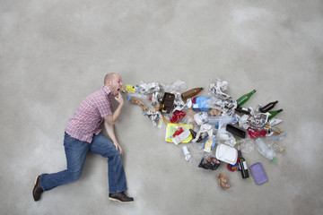 Junger Mann erbricht Müll