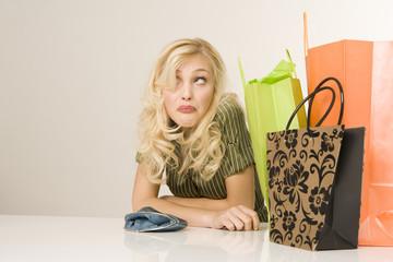 Blonde Frau mit Einkaufstüten