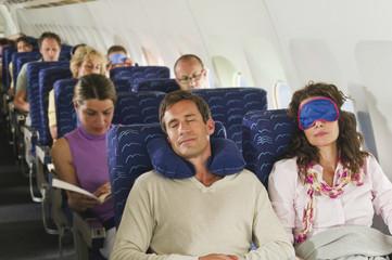 Deutschland, München, Bayern, Passagiere schlafen in der Economy-Klasse Verkehrsflugzeug