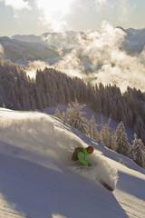 Österreich, Tirol, Kitzbühel, Mann mittleren Alters Skifahren