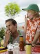 Vater und Sohn essen auf dem Balkon