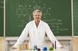Deutschland, Emmering, Erwachsener steht im Chemie-Labor, Lächeln