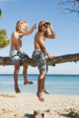 Spanien, Mallorca, Kinder sitzen auf Baum