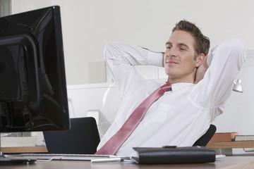 Deutschland, München, Geschäftsmann Entspannung im Büro