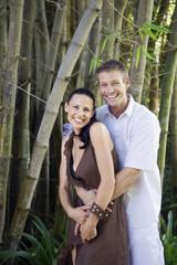 Junges Paar umarmt sich und lächelt