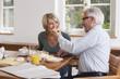 Deutschland, Kratzeburg, erwachsener Mann überrascht mit Frühstück