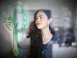 Deutschland, Köln, Junge Frau Zeichnung Baum auf Glas