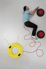Mann in Form eines Autos ist durcht Stromkabel mit der Sonne verbunden