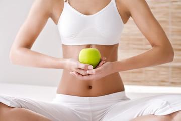 Frau hält einen Apfel, close up
