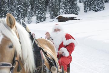 Italien, Südtirol, Seiseralm,Weihnachtsmann sitzt im Pferdeschlitten
