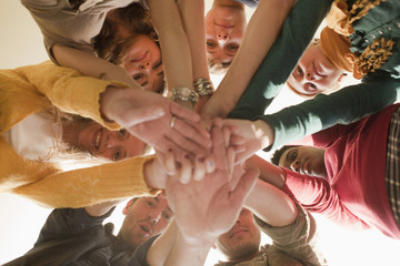 Deutschland, Leipzig, Studenten stehen im Kreis und legen die Hände aufeinander
