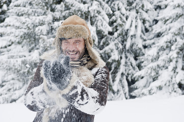 Österreich, Salzburger Land, Erwachsene, die Spaß im Schnee haben