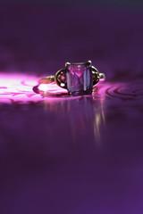 Ring auf violettem Tuch