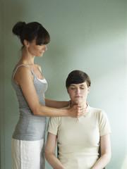 Fraukriegt Reiki Behandlung von Masseur