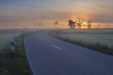 Deutschland, Bayern, Straße im Morgengrauen