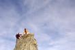 Junges Paar klettert auf Gipfel, helfen sich